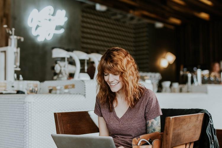 PCを使っている女性